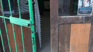 Rota. Violentaron la puerta de la sede vecinal para perpetrar el robo.