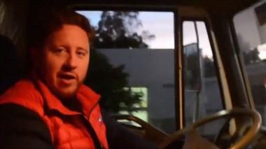 El intendente de Dolavon se subió al camión para hacer la recolección.