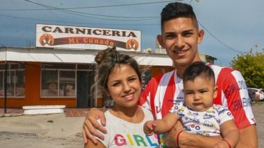 Kevin Rosas, junto a su mujer Lara y a su hijo León, de ocho meses de edad .