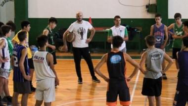 Facundo Álvarez, entrenador, y Diego Otero, asistente, con los jugadores en la concentración del equipo.