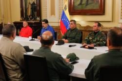 En cadena grabada, Maduro aparece en Miraflores junto al alto mando militar y el presidente de la ilegítima Constituyente, Diosdado Cabello.