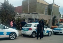 Dos familiares de la víctima fueron detenidos (foto @TveoComodoro)