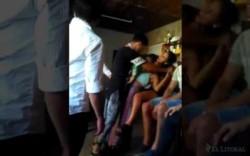 Uno de los jóvenes acusados toma de los brazos a la joven víctima.