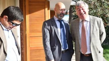 Cómplices. Desde la izquierda, el fiscal Williams, su colega Rodríguez y el defensor Gabalachis en un aparte tras escuchar el fallo del Tribunal.