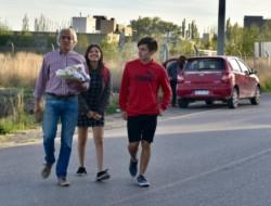 Hualpa llegó a votar acompañado de sus hijos y con facturas (foto @feldman_da)