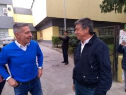 Arcioni y Menna se encontraron en el ingreso a la Escuela Nº 1 (foto @IsmaTebes)