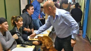 Acompañado. Una mascota sorprendió al intendente Sastre en pleno saludo de las autoridades de mesa.