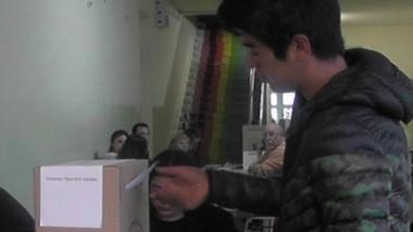 Un joven de El Hoyo vota temprano en la escuela 81. La mayoría votó después de media mañana allí.