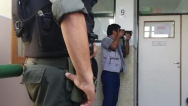 Vigilado. El fotógrafo de Jornada es mirado de cerca por el gendarme.