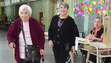 Cumplidora. Irma (izquierda) se va de la Escuela 206 de Trelew luego de votar ante el aplauso de todos.