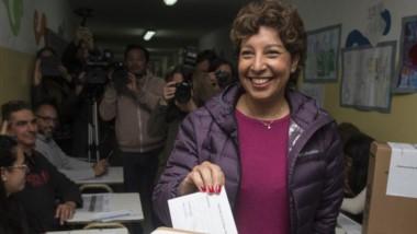 """Arabela Carreras votando ayer en Bariloche. La candidata de """"Juntos somos Rio Negro"""" ganó cómodamente."""