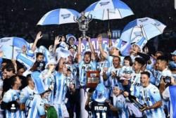 Miles de hinchas de Racing colmaron esta el estadio Presidente Perón de Avellaneda para festejar el título de la Superliga.