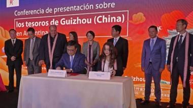 Autoridades de Turismo de Chubut y autoridades de la provincia china de Guizhou rubricaron el acuerdo en el Centro Cultural Borges.