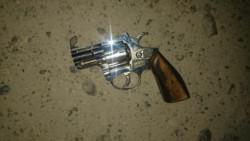 La policía secuestró el arma y los proyectiles