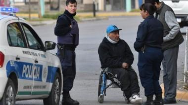 El hombre dijo sentirse muy dolorido y que está cansado de que le peguen. Fue ayudado por la Policía.