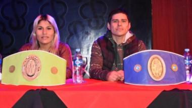 """Liz Crespo junto a su entrenador Beto Quinteros, en el Casino de Puerto Madryn,  presentando su combate. """"La Leona"""" sueña con dar el salto y pelear por un título mundial."""