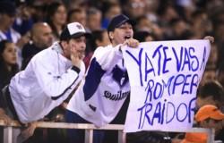 """""""El que no salta es un traidor"""". Los hinchas de Vélez recibieron a Mauro Zárate entonando el himno a la traición."""