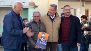 Entrega  aporte a la Sociedad Rural de Sarmiento durante la gira del gobernador Arcioni por el interior.