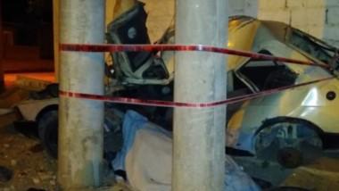El automóvil Fiat Spazio impactó iolentamente contra un poste de luz en el barrio Pujol II. Su chofer falleció.