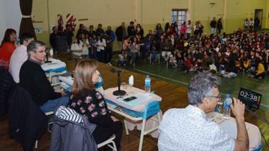 Discusión. Los postulantes debatieron ideas ante los jóvenes de escuelas de toda la ciudad cordillerana.
