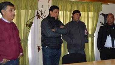 Sobre la izquierda, Machado durante el traspaso de mando a Solís (al centro) bajo control de un escribano.