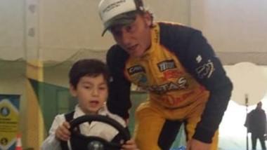 Omar Kovacevich enseñando a conducir a uno de los niños.