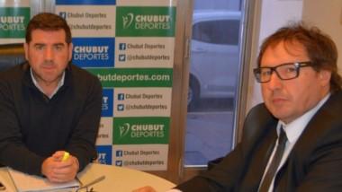 Walter Ñonquepan junto a Carlos Sanz, titular de la Federación de Básquet de Chubut.