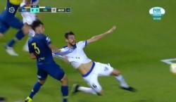 Penal no sancionado para Vélez por infracción de Más a Laso. Le estiró la camiseta cuando el zaguero iba en busca del balón.