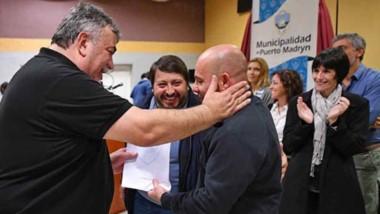 Una nueva entrega de títulos presidió el intendente de Madryn, Ricardo Sastre.