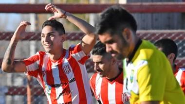 Kevin Rosas festeja su gol con un corazón. El delantero marcó de penal el 1 a 1 transitorio.