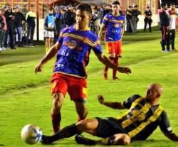 """En el partido de ida en el """"Abel Sastre"""", Madryn goleó a Sarmiento por 3-0. Hoy se juega la vuelta en Chaco."""