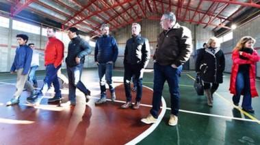 Recorrida. Las autoridades chequearon la obra del Salón de Usos Múltiples en el Gimnasio de Lagunita.