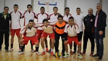 """El equipo con el DT Hugo """"Dibu"""" Ortega, Enzo Ortega como ayudante y el presidente del club Tomás Maza."""