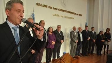 El gobernador acompañado en el estrado por los funcionarios salientes, su gabinete y las nuevas autoridades que se sumaron al gabinete.
