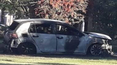 El vehículo VW Golf fue incendiado en la madrugada de ayer en Madryn.