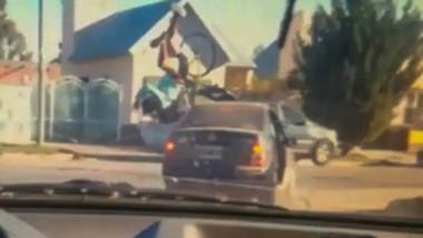 El momento en que el auto levanta por los aires al ciclista que cruzaba por la intersección de las calles.