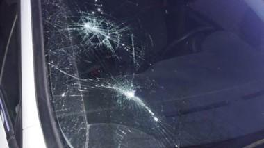 Daños. Así quedó el  vidrio del automóvil del reconocido médico.