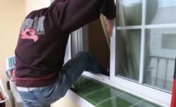 Los atacantes ingresaron por un balcón que da al frente luego de utilizar unas rejas como escalera, tras lo cual forzaron una abertura de aluminio.
