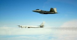 Un caza F-22 raptor sigue de cerca al bombarderos estratégicos Tu-95.