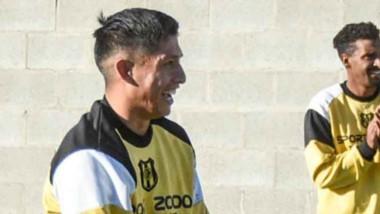"""El defensor del """"Aurinegro"""", Matías Llanquetrú, contó su historia de vida y sueña con hacer realidad el ascenso a la B Nacional con su club."""