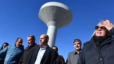 Sol pleno. Las autoridades durante la inauguración de la cisterna que solucionará el problema de un sector de la villa balnearia.