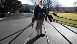 Donald, durante una visita reciente al lugar, para presionar por el muro que suea construir. La distancia de los micrófonos es ahora alegórica de la profilaxis preventiva ante contagios...