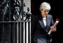 La dama (al lado de la reja) de hierro suma otro problemita al insalvable caso Brexit, que podría eyectarla del cargo en cualquier momento.