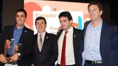 El ganador, Mauro Tronelli, junto al presidente de CAME, Gerardo Díaz Beltrán, el titular de CAME Joven, Fabián Zarza, y el diputado Eduardo Cáceres