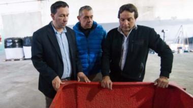 Maderna junto a los empresarios de la firma que abrirá próximamente en el Parque Industrial de Trelew.