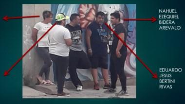 Organizados. Una imagen que obtuvo la vigilancia de la Policía del grupo la tarde que la diputada Hernández recuperó su camioneta en Trelew.