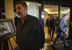 Angelici, Lammens y otros dirigentes de clubes saliendo del Hotel Savoy.