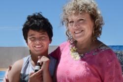 Julia Macarena Navarro junto a su hijo Joaquín quien sufre de Síndrome de Tourette.