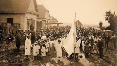 Un 25 de mayo de 1942 celebrado en pleno centro de El Bolsón, frente al recién construido hotel Piltriquitrón.