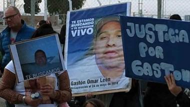 En la marcha de ayer en Puerto Madryn, los familiares de Gastón León pidieron especialistas de búsqueda.